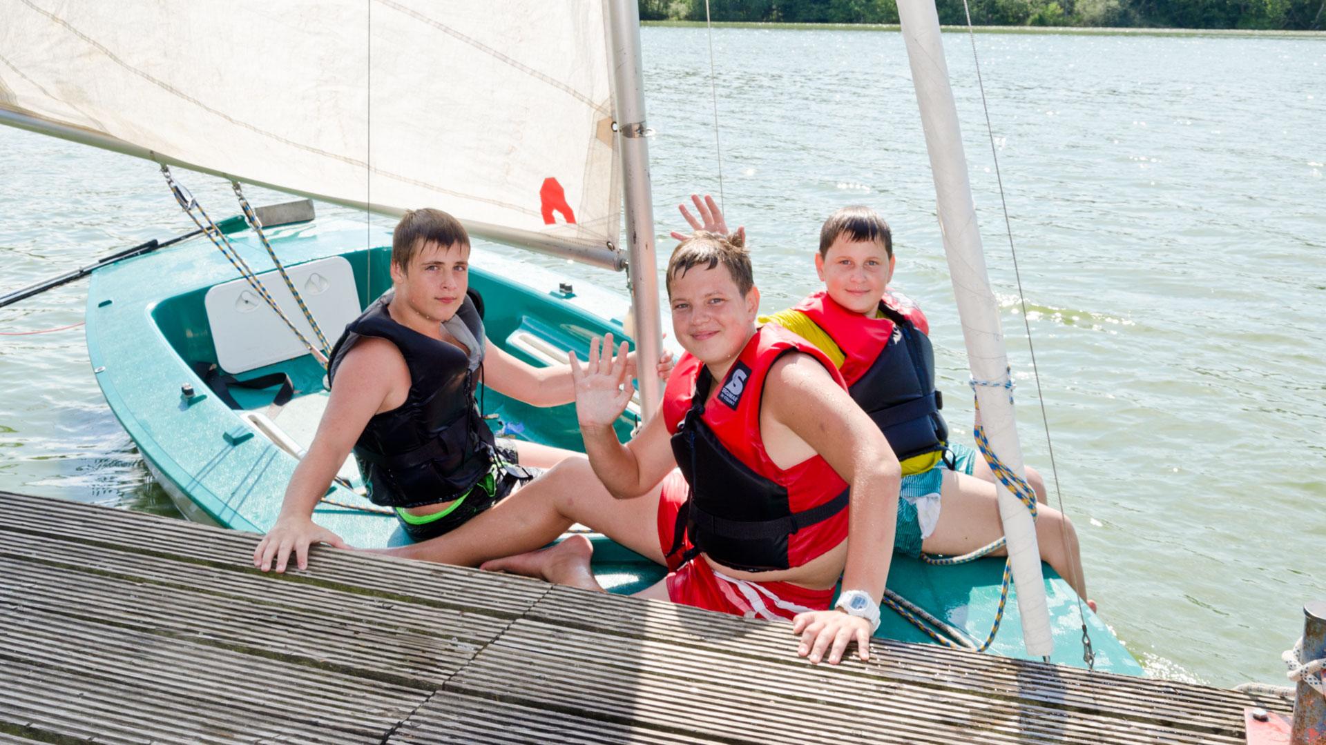 Die Teilnehmer des Segelkurses auf ihrem Boot