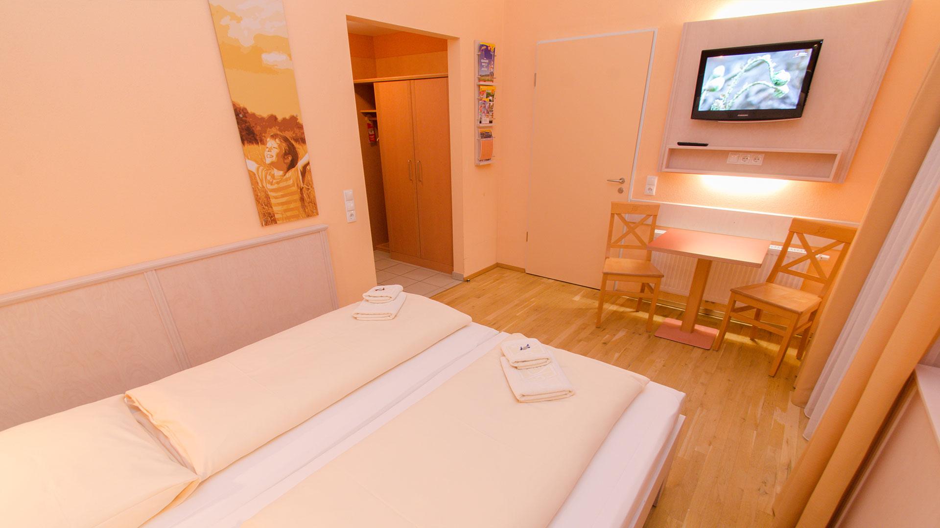 Ein modernes und komfortables Zweibett-Zimmer