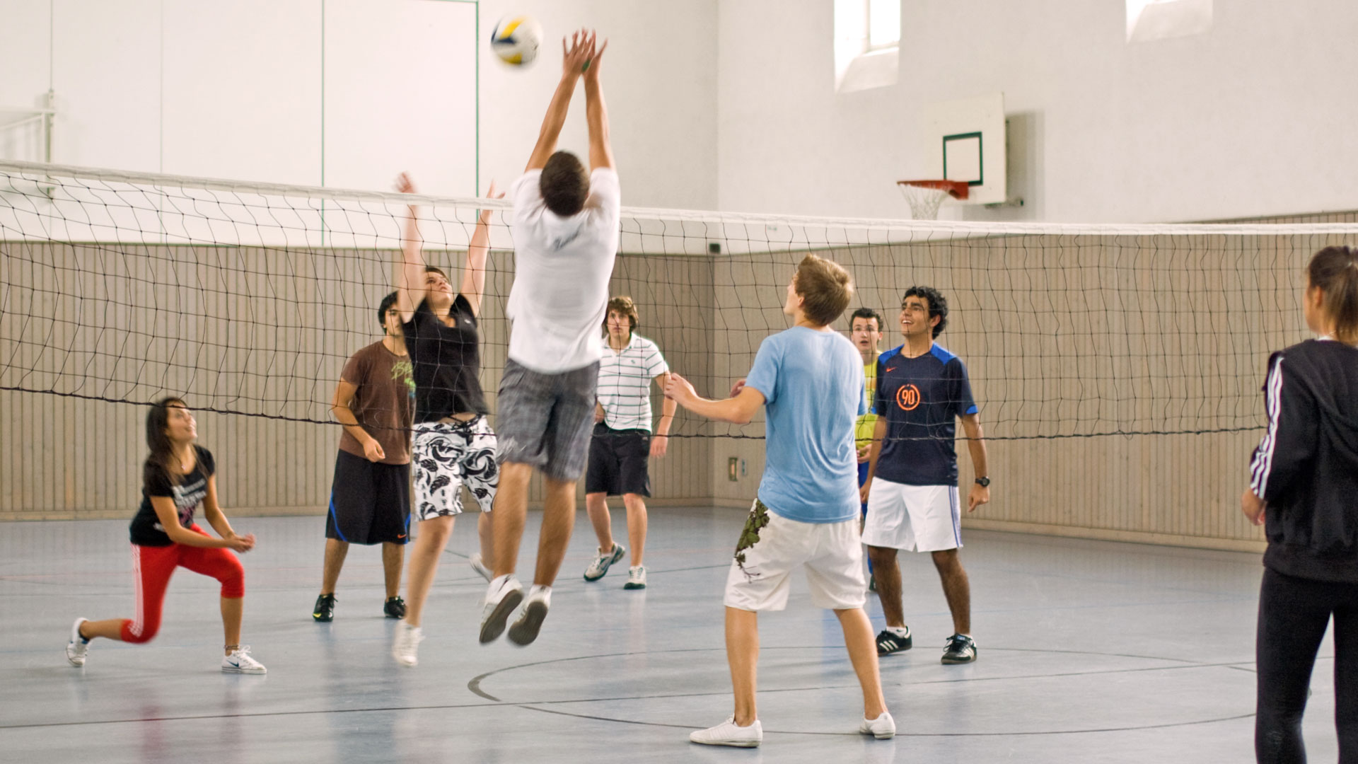 Volleyballspiel in der hauseigenen Turnhalle