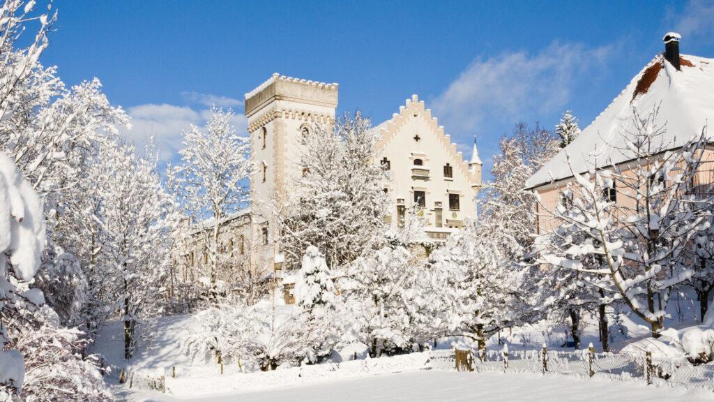ratzenried_castle-in-the-wintertime_16x9